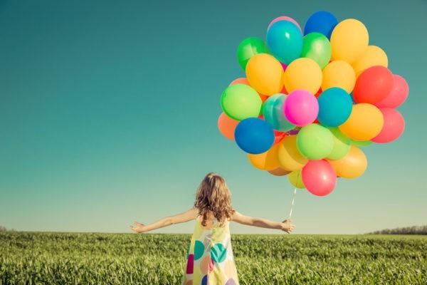 Kobieta uwalnia balony
